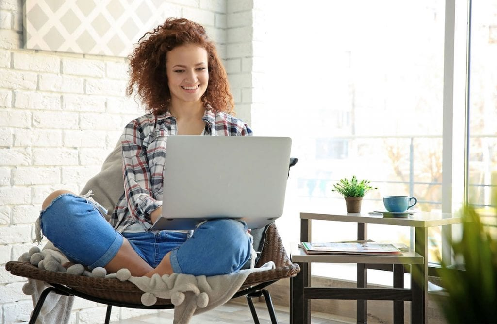 Have you ever considered working from home? Whether you start your own business, go freelance or work your office job at home, there are some serious perks of working from home and skipping the office!